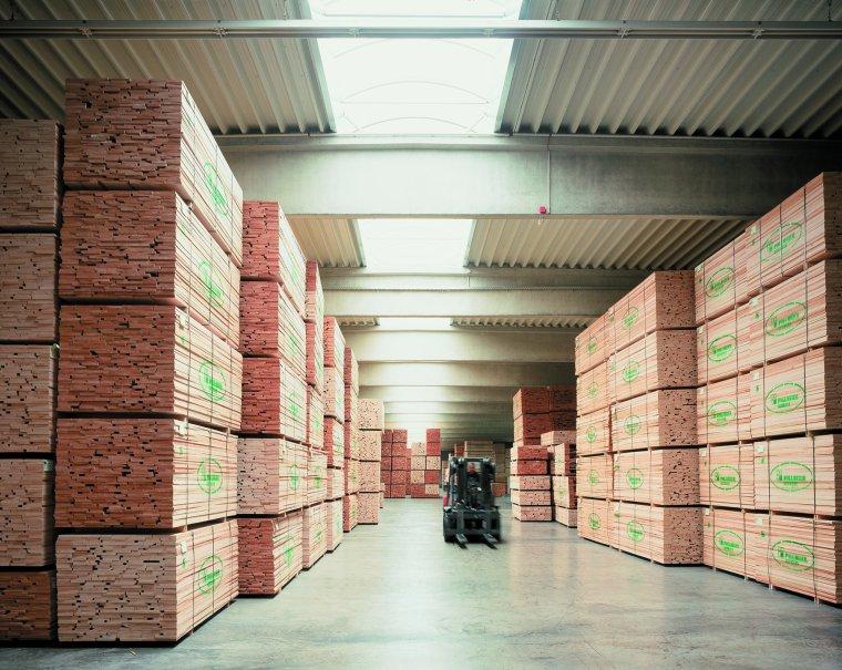 Kilkadziesiąt tysięcy m3 tarcicy bukowej na magazynie pozwala błyskawicznie reagować na potrzeby klientów