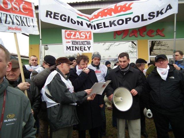 Protest przed fabryką mebli Matex w Starczanowie
