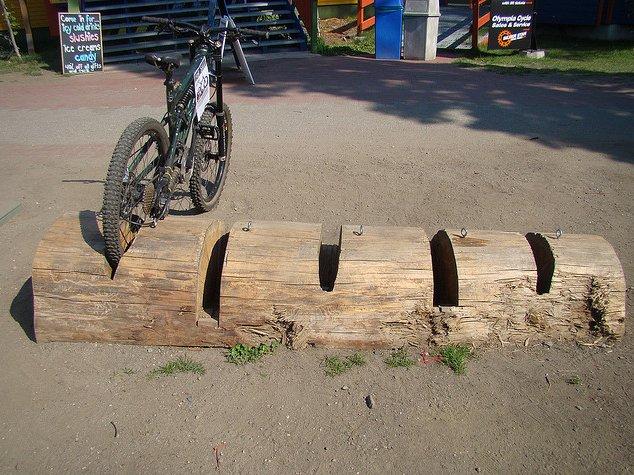 Prosty stojak z drewnanego bala