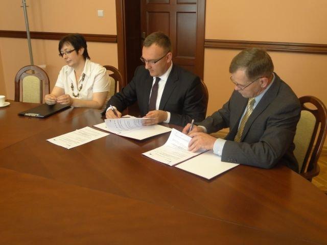 Tomasz Lewandowski wiceprezydent Elbląga oraz Władysław Stachowicz Prezes Zarządu CNS Solutions podpisują umowę