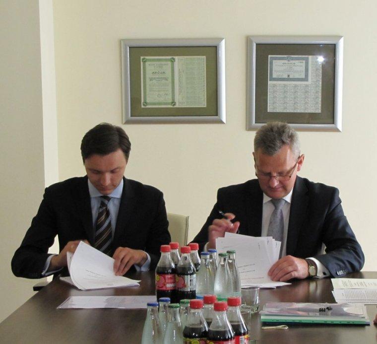 Minister Skarbu Państwa Aleksander Grad i Prezes PCC Consumer Products Mirosław Pawełko podpisują umowę.