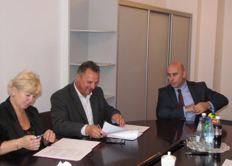 Umowę podpisują Podsekretarz Stanu Adam Leszkiewicz oraz Halina i Wiesław Dudowicz