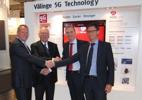 Panowie Loebel i Hannig z firmy Classen oraz Håkansson i Nygren z Välinge celebrują podpisanie umowy.
