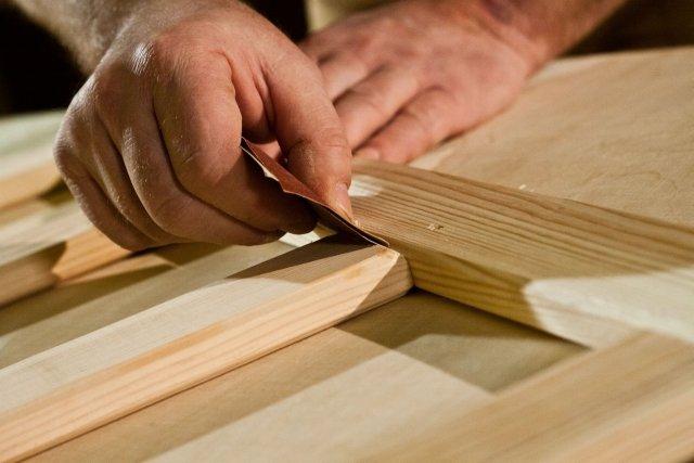 Ręczne szlifowanie drewna