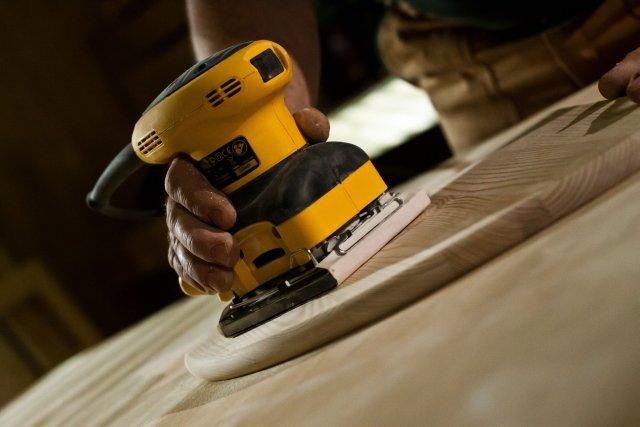 Mechaniczne szlifowanie drewna szlifierką oscylacyjną