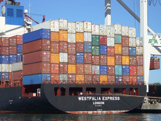Brak kontenerów powoduje wzrost cen transportu morskiego
