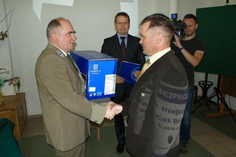 Jacek Borcun odbiera nagrodę za zdobycie I miejsca w konkursie Bezpieczny Las