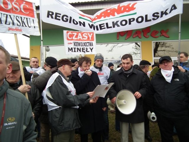 Ubiegłoroczny protest przed fabryką mebli Matex w Starczanowie