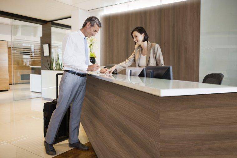 Recepcja hotelowa w dekorze Cynamonowa akacja