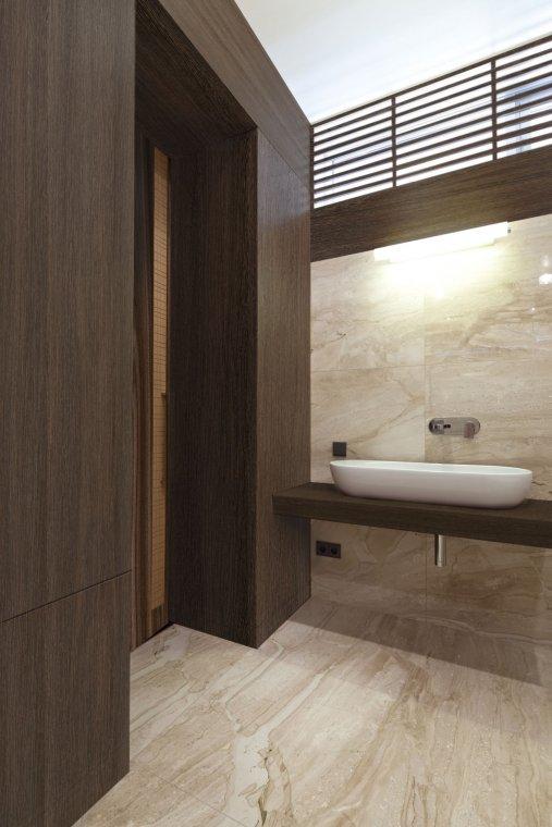 Aranżacja wnętrza łazienki wykonana w dekorze Shanga Wenge