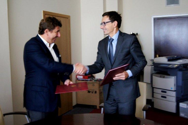 Minister Skarbu Państwa Mikołaj Budzanowski podpisał umowę prywatyzacyjną spółki Meble Emilia