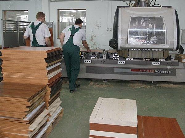 Produkcja mebli w zakładzie produkcyjnym w Milejewie