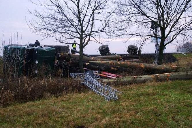 Tragiczny wypadek z udziałem ciężarówki przewożącej dłużyce