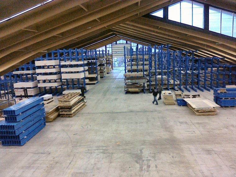 Regały wysięgnikowe w centrum  handlu drewnem Gietsche
