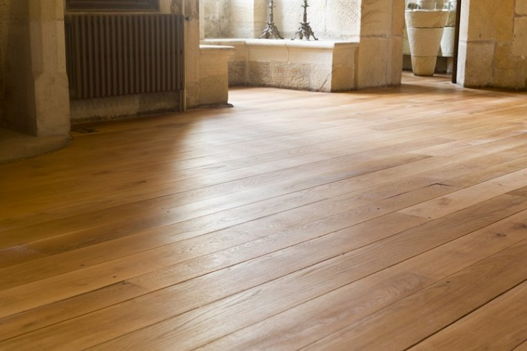 Podłogi pokryte wielkowymiarowymi deskami drewnianymi są prestiżowym sposobem wykończenia powierzchni