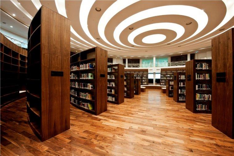 Podłoga z czarnego orzecha amerykańskiego w Biblioteka Uniwersytetu Zayed