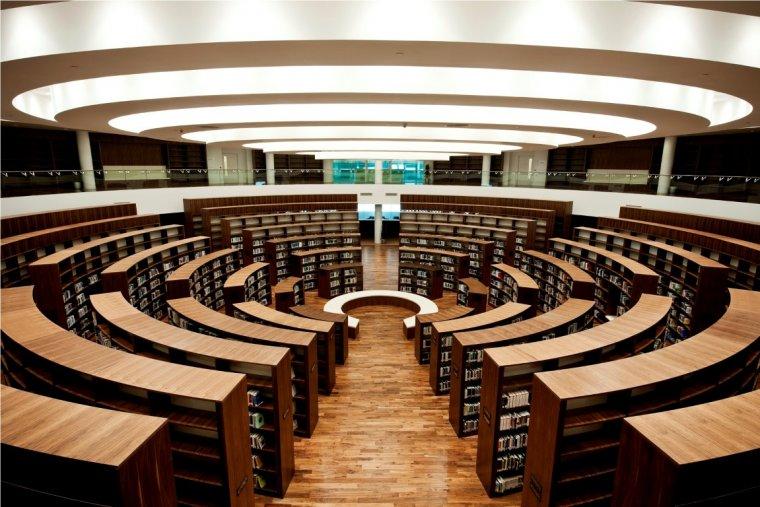 Parkiet z czarnego orzecha amerykańskiego w Bibliotece Uniwersytetu Zayed