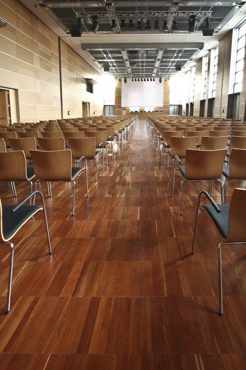 Centrum Konferencyjne w Rimini - na podłodze wiśnia amerykańska