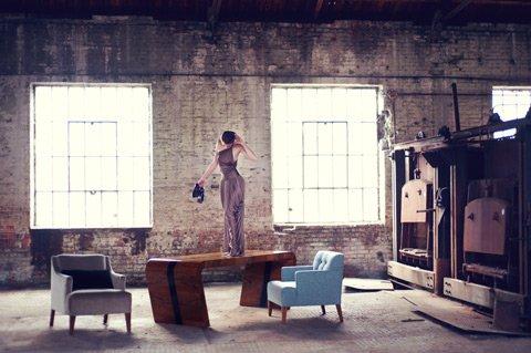 W skład pierwszej kolekcji, inaugurującej istnienie New Mono Design wchodzi stół Art Deco wykonany z giętej konstrukcji oraz trzy fotele.