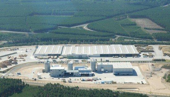 Kompleks produkcyjny Stelemtu w Zielonej Górze na pierwszym planie fabryka pelletu, na drugim zakład produkcji programu ogrodowego