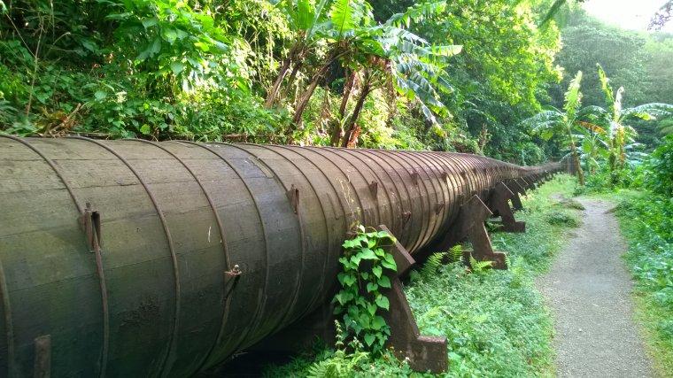 Drewniany rurociąg zasila turbinę elektrowni wodnej.