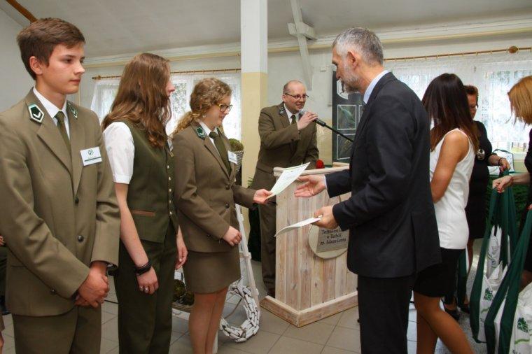 Podczas wizyty w Technikum Leśnym  w Tucholi minister środowiska uhonorował specjalnymi nagrodami trójkę uczniów, laureatów Olimpiady Wiedzy i Umiejętności Rolniczych