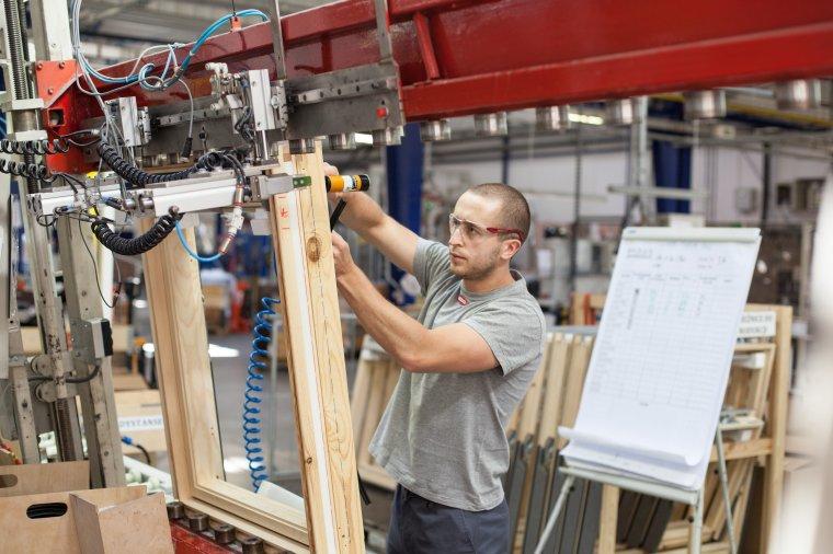 Produkcja okien dachowych Velux w fabryce w Gnieźnie.