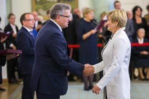 Ewa Ratajczak odbiera nominację profesorską z rąk Prezydenta Komorowskiego