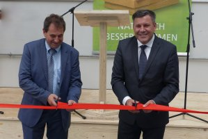 Prezes STEICO SE Udo Schramek i wicepremier Janusz Piechociński dokonują otwarcia zakładu produkcji STEICO LVL w CZarnej Wodzie