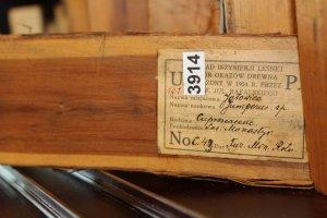 Próbka Jałowca Juniperus sp. (grupa C – próbki drewna pochodzące z Europy). Dar Ministerstwa Rolnictwa. Każdy okaz jest zaetykietowany według tego samego klucza