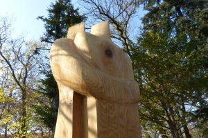 Drewniane rzeźby można podziwiać na terenie kampusu Wydziału Leśnego Uniwersytetu Przyrodniczego w Poznaniu