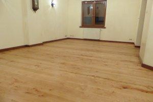 Proces renowacji podłogi zajął dwa dni robocze, po zakończeniu prac pakieciarskich podłogę można normalnie użytkować