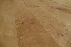 Gotowa powierzchnia podłogi z lakierem utwardzonym światłem UV