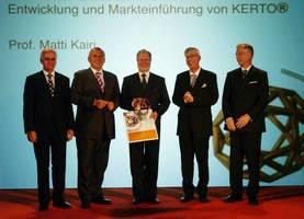od lewej: Gerald Schweighofer,<br>Kanclerz Austrii Dr. Alfred<br>Gusenbauer, Prof. Matti Kairi,<br>Prof. Alfred Teischinger,<br>Ole Salvén,<br>fot. Schwieghofer-Prize