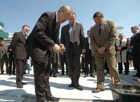 Wmurowanie kamienia<br>węgielnego - minister J. Piechota<br>M. Sołowow i dyr. LP J.Dawidziuk