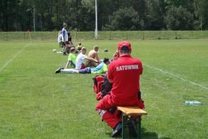 Ratownik medyczny czuwa nad zdrowiem zawodników