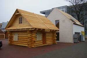 Wioska domów drewnianych na targach Budma