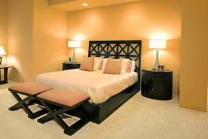 Obok mebli, tkanin i dodatków to światło tworzy nastrój w sypialni