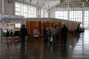 """Duża ilość niezagospodarowanej powierzchni w halach wystawowych dopełniała """"obraz kryzysu"""". Na zdjęciu """"wyspa ekspozycji"""" w pawilonie 4."""