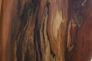 Zgnilizna drewna może tworzyć dekoracyjne przebarwienia. Na zdjęciu drewno jabłoni.