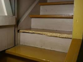 Stopień schodowy zniszczony przez spuszczela musi zostać wymieniony