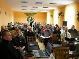 Uczestnicy konferencji w trakcie prezentacji ofert harwesterów dostępnych w Polsce