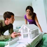 Projekt domu na wąskiej działce: ściany, okna, drzwi i dach.