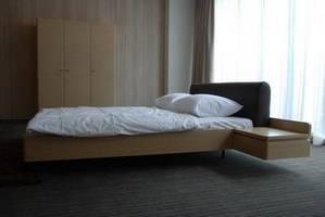 Lewitujące łóżko oraz szafa z nagradzanej kolekcji PIANO, w wersji dąb bielony.