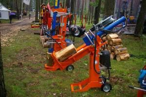 Na stoisku FTS ForTech System uwagę przyciągały rownież łuparki do drewna...