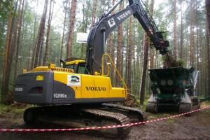 Specjalizująca się w usługach leśnych firma Breddemann Polska prezentowała koparkę Volvo wyposażoną w specjalistyczną głowicę przeznaczoną do prac związanych z karczowaniem korzeni...