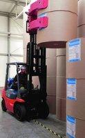 W logistyce papieru wykorzystywany jest specjalistyczny sprzęt, m.in wózki z odpowiednimi chwytakami