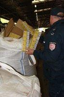 Służba Celna sprawdza big-bagi z pelletem wewnątrz których ukryto przemycane papierosy.
