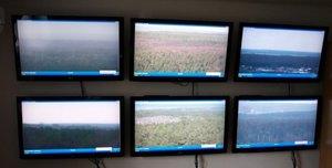 Obraz z kamer umieszczonych na wieżach obserwacyjnych trafia na monitory punktu alarmowo-dyspozycyjnego