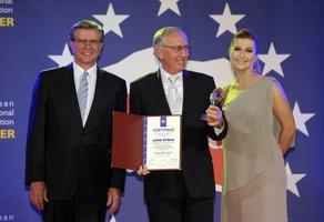 Statuetki i przyznane certyfikaty w imieniu Kolekcji Mebli KLOSE odebrał Prezes Zarządu Wojciech Gieburowski.
